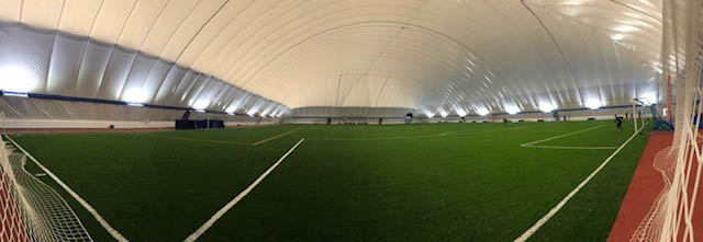 Övertryckshall med konstgräsplan, löparbana och funktionell träning. Unisport