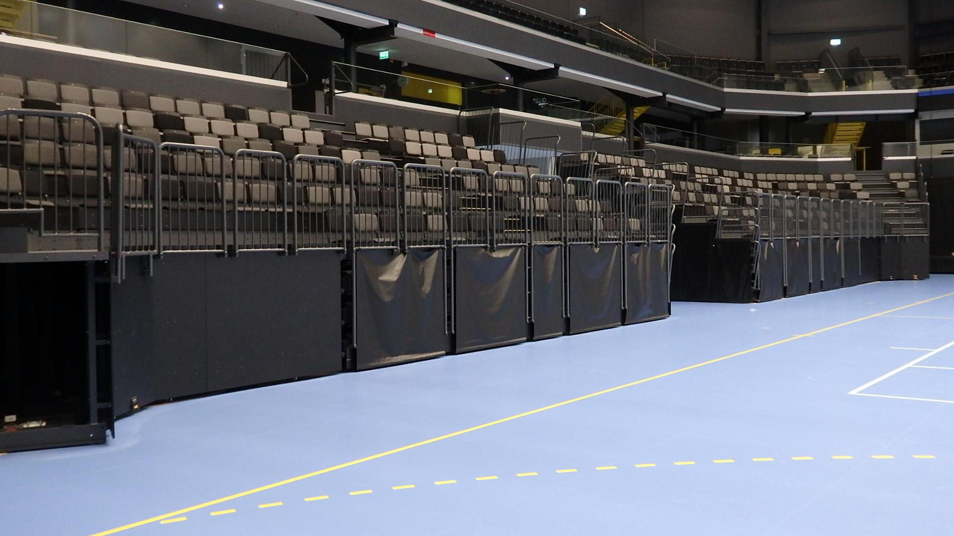 Hall B med Boen Ekparkett sportgolv samt läktarstolar installaterat av Unisport