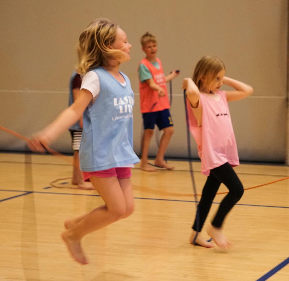 Koululiikunta voimistelu liikuntatunti hyppynaru liikuntahalli Unisport