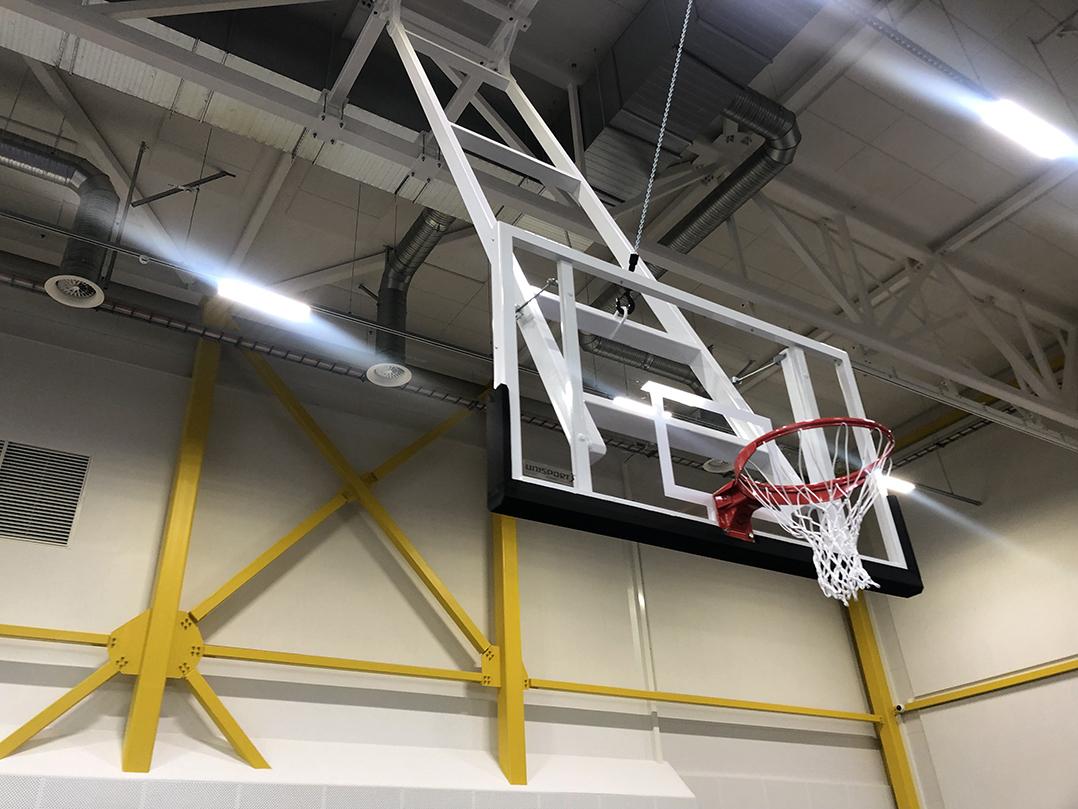 Urheiluhalli, urheilulattiat, käännettävät koripallotelineet tulostaulut käännettävät katsomot